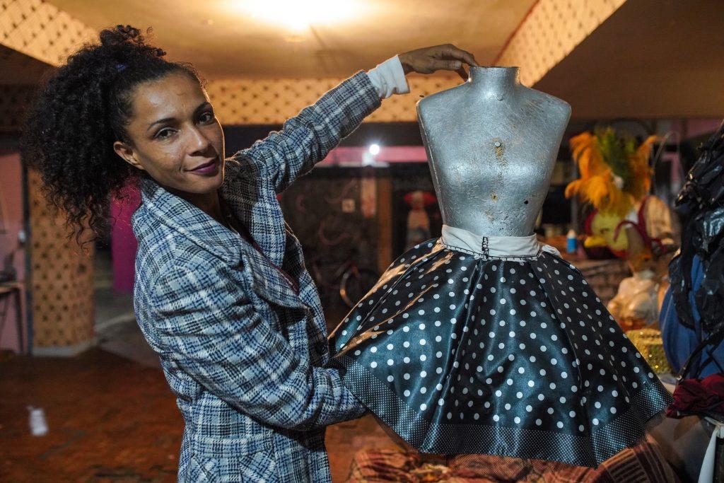 Alexa Gomes exibe sua coleção com peças feitas com sombrinhas reaproveitadas.
