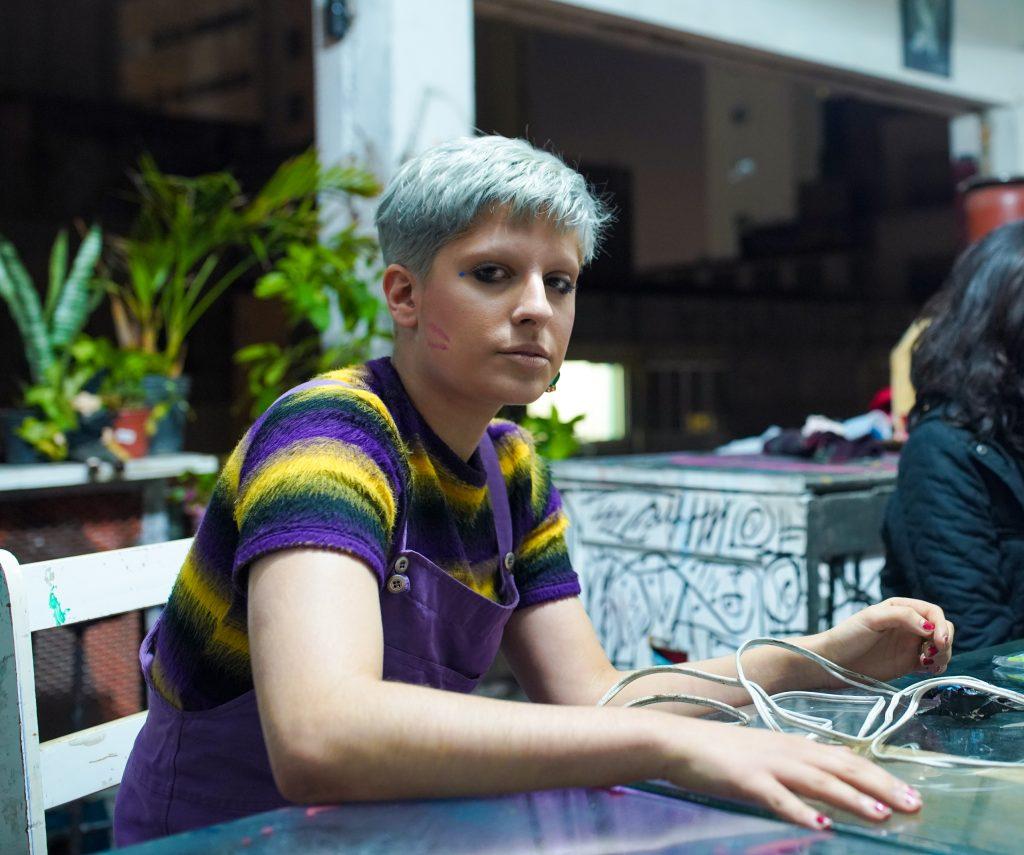 Marina Cortes, artistas plástica, curadora, cineasta, figurinista e fotógrafa que trabalha no Ouvidor 63